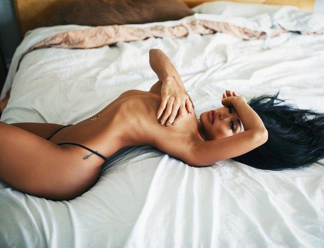 Дівчина тижня: екзотична модель Сі-Джей Майлз, яка заводить мережу своїми формами (18+) - фото 329188