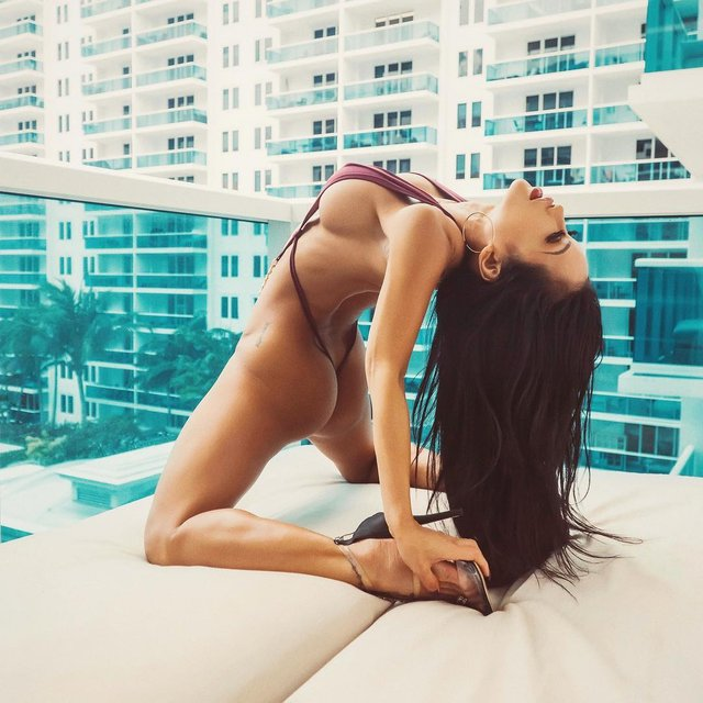 Дівчина тижня: екзотична модель Сі-Джей Майлз, яка заводить мережу своїми формами (18+) - фото 329193