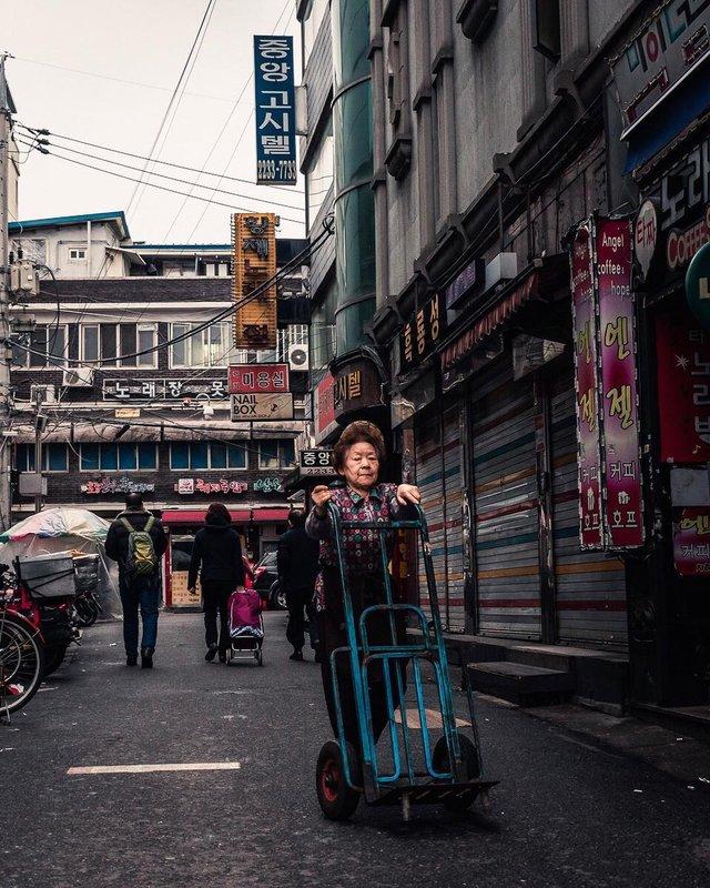 Життя у Сеулі: вуличні фото, які приковують погляд - фото 329450
