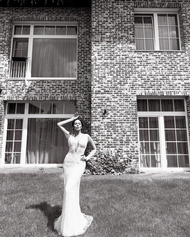 Настя Каменських вразила розкішною весільною сукнею - фото 329711