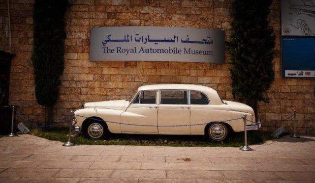 Як виглядає раритетний автопарк короля Йорданії - фото 329912