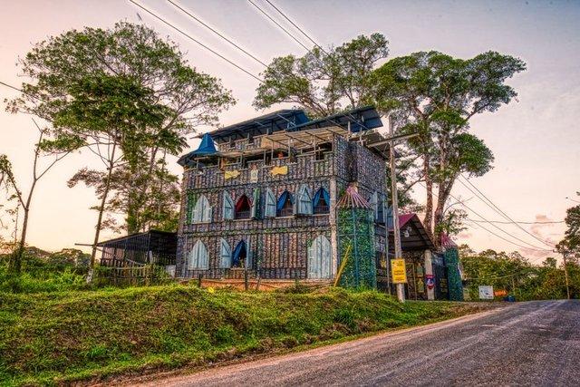 Як виглядає незвичайне село, побудоване зі сміття - фото 330040