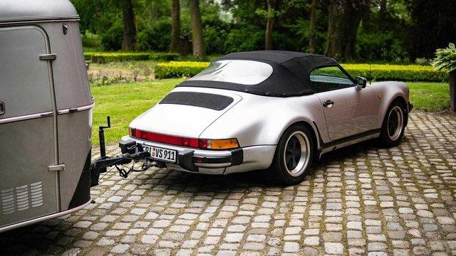 Тягач на мільйон: німець подорожує у фургончику, який везе Porsche 911 Speedster - фото 331436