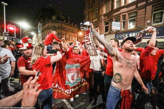 Як фанати святкували перемогу Ліверпуля: шалені кадри з Мадрида - фото 331463