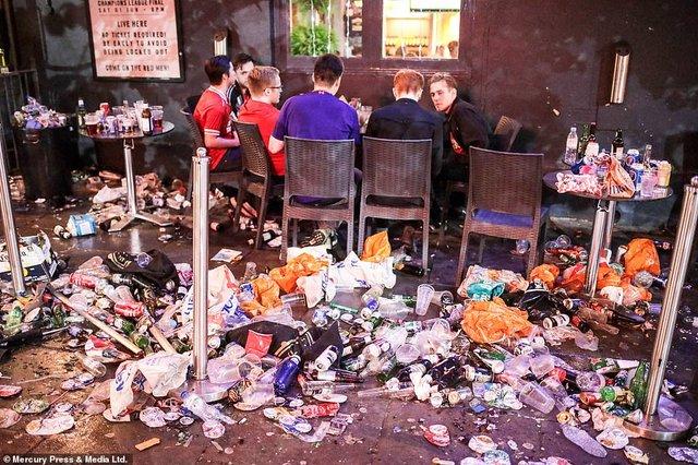 Як фанати святкували перемогу Ліверпуля: шалені кадри з Мадрида - фото 331464