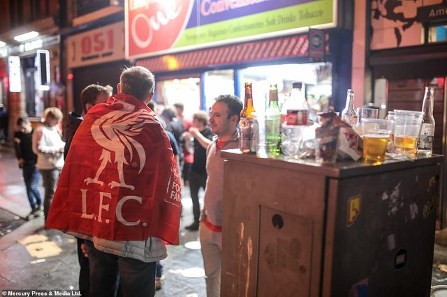 Як фанати святкували перемогу Ліверпуля: шалені кадри з Мадрида - фото 331465