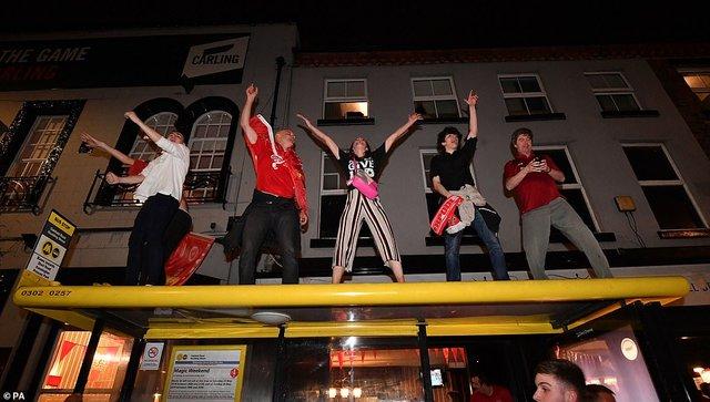 Як фанати святкували перемогу Ліверпуля: шалені кадри з Мадрида - фото 331466