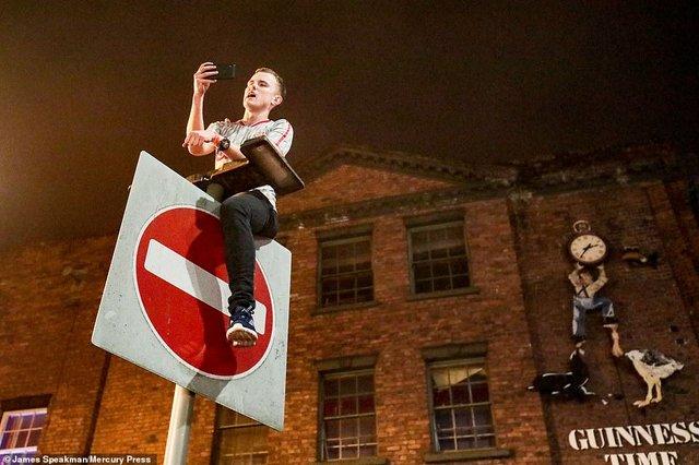 Як фанати святкували перемогу Ліверпуля: шалені кадри з Мадрида - фото 331467