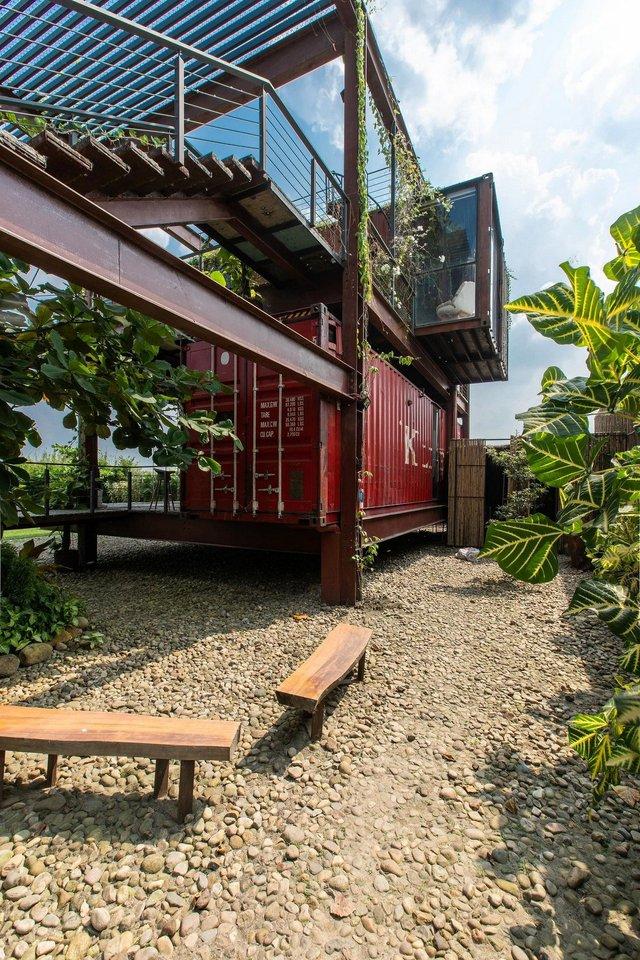Як виглядає сучасний дім з вантажних контейнерів: яскраві фото - фото 331531