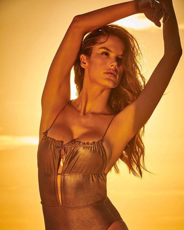 Гаряча модель Алессандра Амброзіо показала пляжні фото - фото 331769