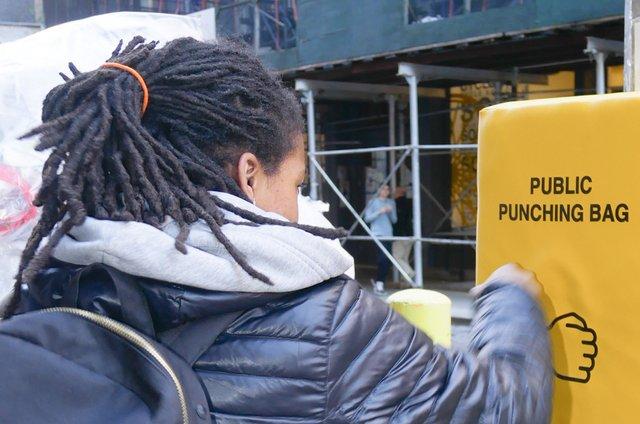 У Нью-Йорку з'явились мішки для розгніваних людей: фото - фото 331805