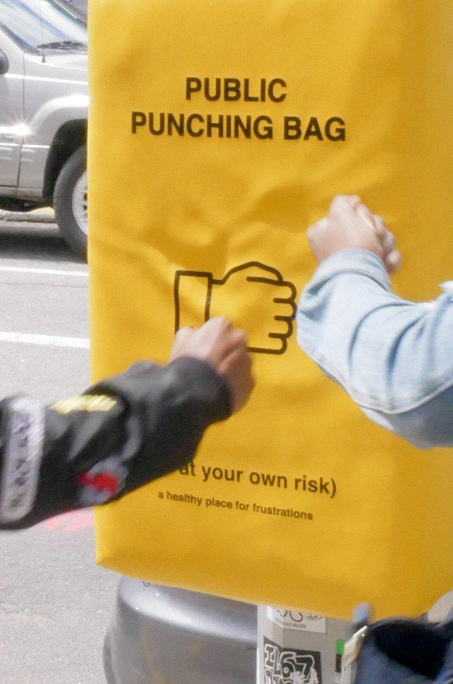 У Нью-Йорку з'явились мішки для розгніваних людей: фото - фото 331806