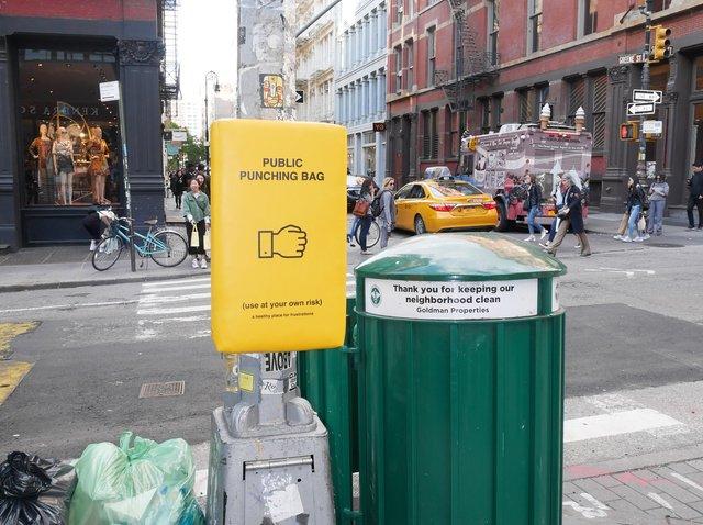 У Нью-Йорку з'явились мішки для розгніваних людей: фото - фото 331807