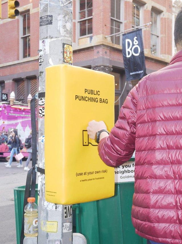 У Нью-Йорку з'явились мішки для розгніваних людей: фото - фото 331808