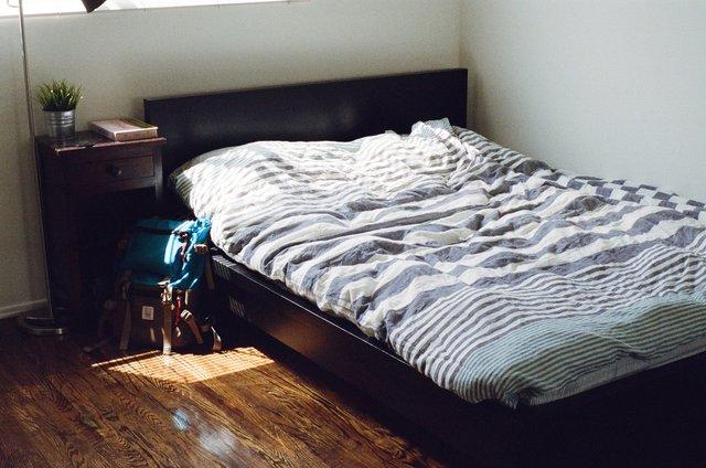 Чому не варто одразу заправляти ліжко - фото 332176