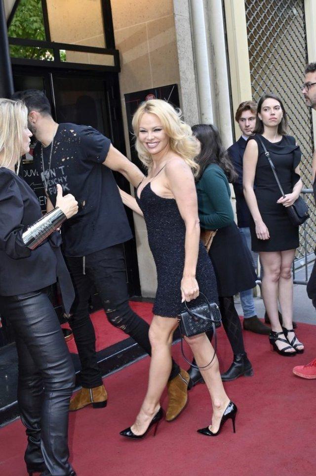Памела Андерсон підкорила публіку відвертим міні-платтям - фото 332299