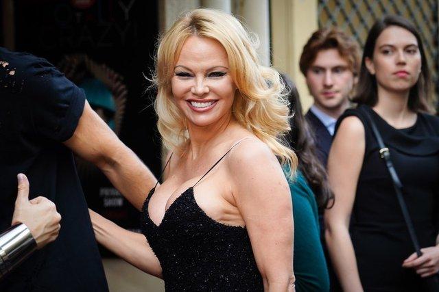 Памела Андерсон підкорила публіку відвертим міні-платтям - фото 332300