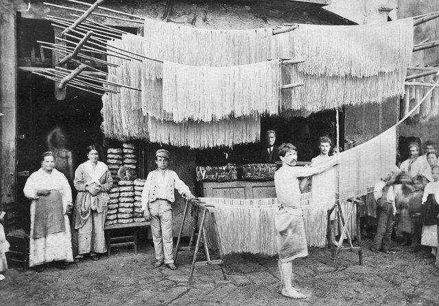 Як у ХХ столітті робили пасту: ретрокадри - фото 332586