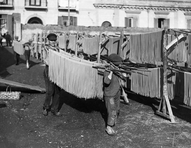 Як у ХХ столітті робили пасту: ретрокадри - фото 332587