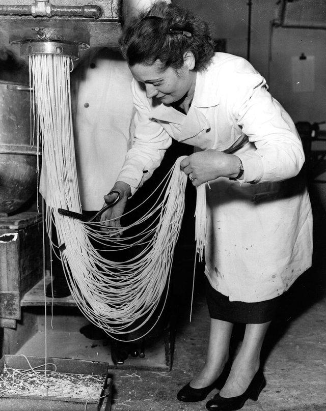 Як у ХХ столітті робили пасту: ретрокадри - фото 332590