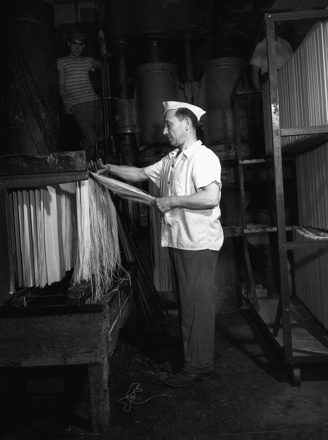 Як у ХХ столітті робили пасту: ретрокадри - фото 332592