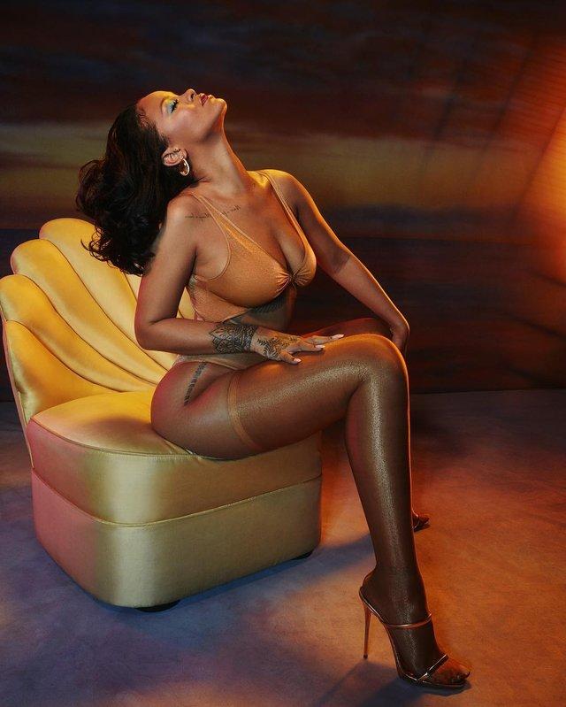 Rihanna заворожила апетитними формами - фото 332931