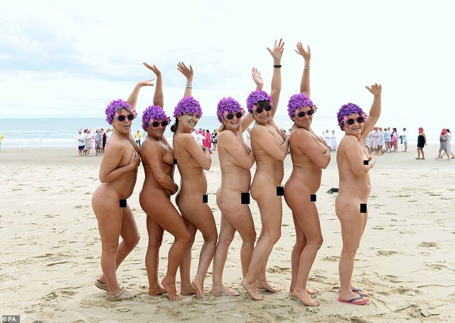 Сотні жінок скупалися в морі топлес: фотофакт - фото 333223