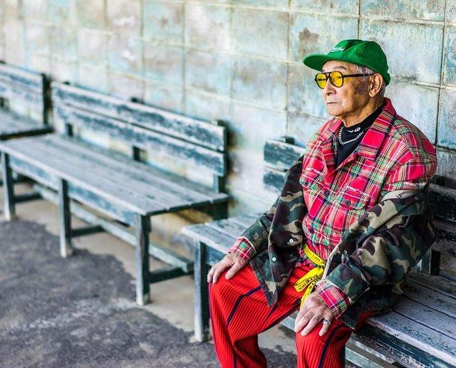 Модний та ефектний 84-річний пенсіонер з Японії підкорив мережу: яскраві фото - фото 334624