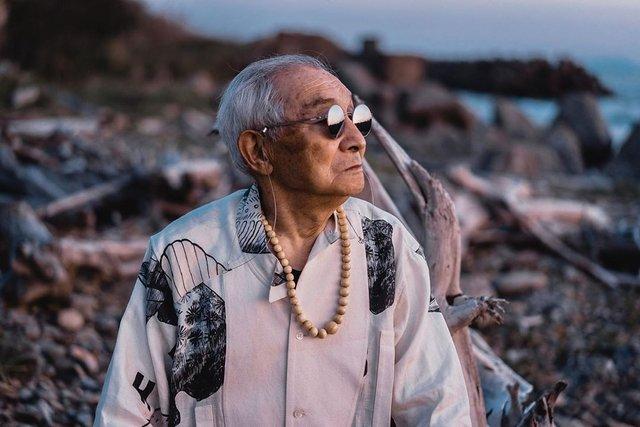 Модний та ефектний 84-річний пенсіонер з Японії підкорив мережу: яскраві фото - фото 334625