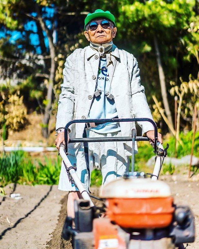 Модний та ефектний 84-річний пенсіонер з Японії підкорив мережу: яскраві фото - фото 334633