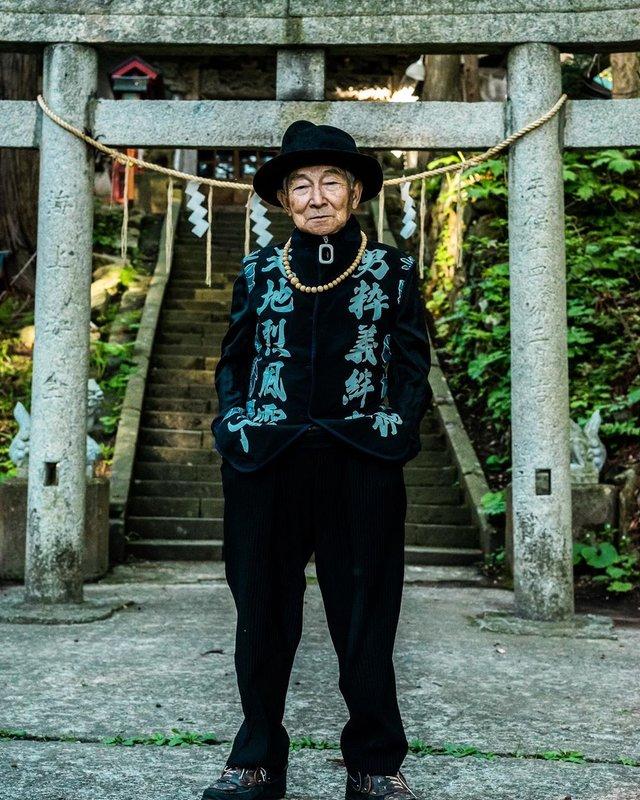 Модний та ефектний 84-річний пенсіонер з Японії підкорив мережу: яскраві фото - фото 334634