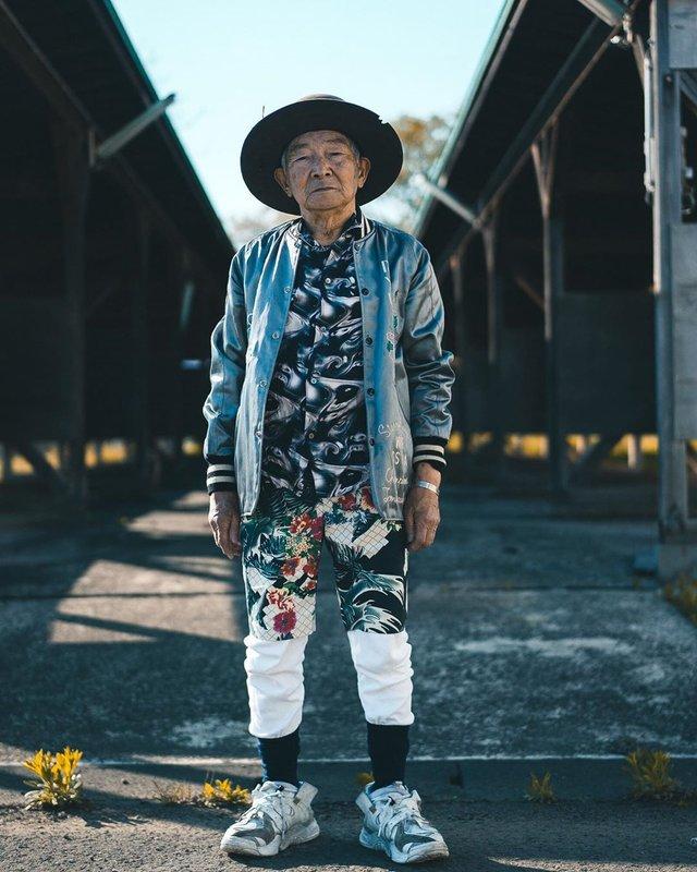 Модний та ефектний 84-річний пенсіонер з Японії підкорив мережу: яскраві фото - фото 334637