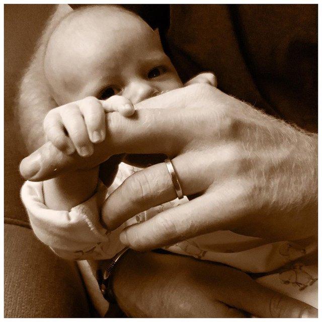 Меган Маркл і принц Гаррі поділились милим фото синочка - фото 334748