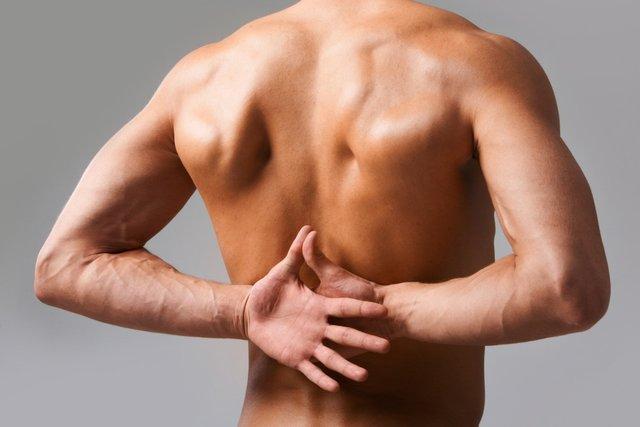 У офісних працівників часто болить спина - фото 334913