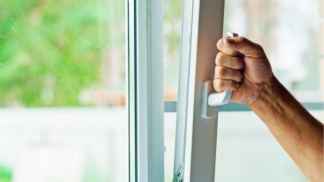 Не полінуйтесь змащувати віконні механізми - фото 335189