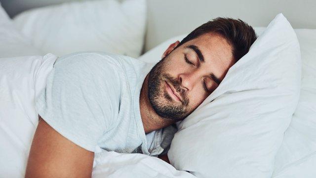 Знизити тиск може здоровий міцний сон - фото 335283