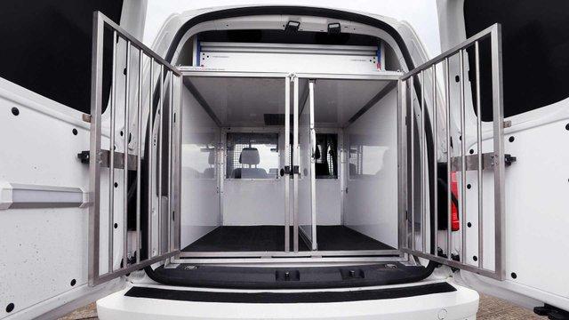 Volkswagen зробив фургон для поліцейських собак - фото 335973