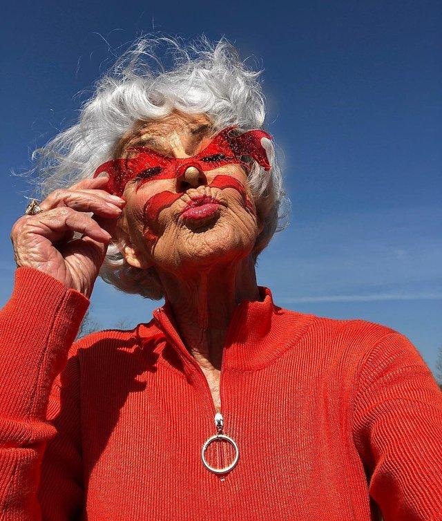 90-річна бабуся підкорила Instagram своїм виглядом - фото 336590