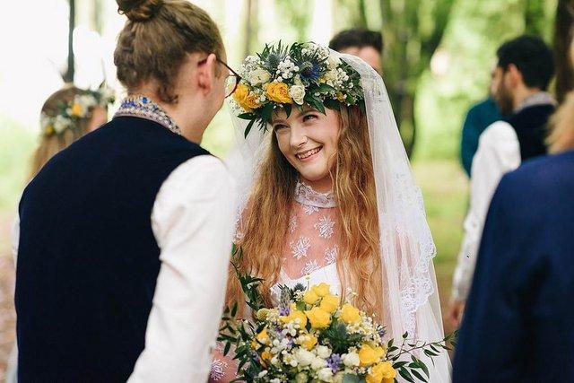 Закохані влаштували весілля посеред лісу: яскраві фото - фото 336798