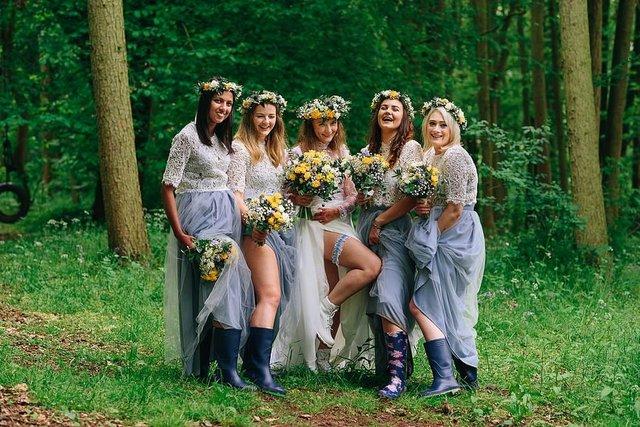 Закохані влаштували весілля посеред лісу: яскраві фото - фото 336800