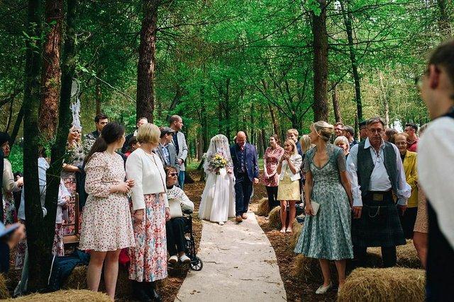 Закохані влаштували весілля посеред лісу: яскраві фото - фото 336802