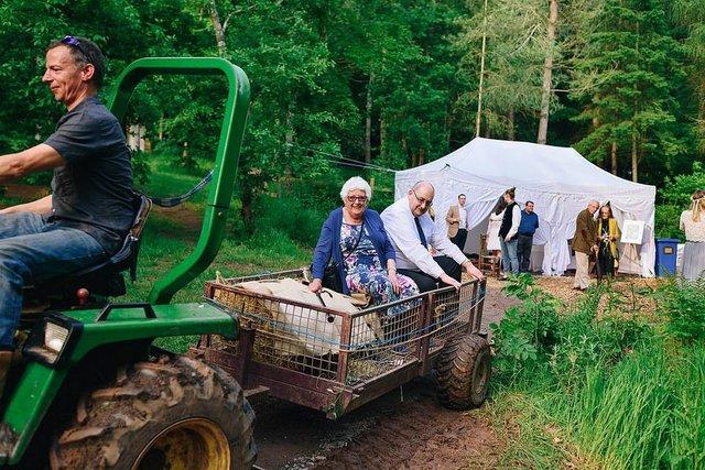 Закохані влаштували весілля посеред лісу: яскраві фото - фото 336803