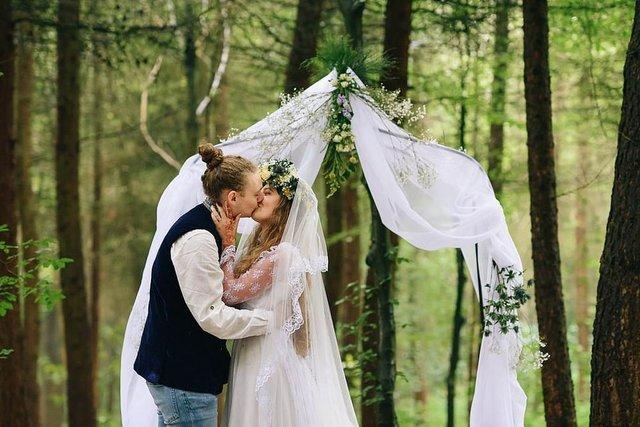 Закохані влаштували весілля посеред лісу: яскраві фото - фото 336804