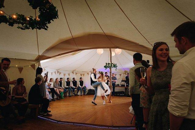 Закохані влаштували весілля посеред лісу: яскраві фото - фото 336805