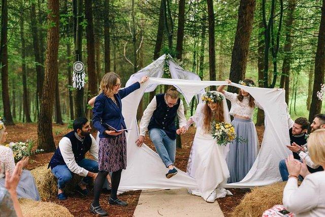 Закохані влаштували весілля посеред лісу: яскраві фото - фото 336807