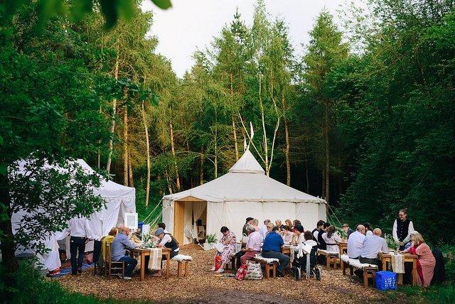 Закохані влаштували весілля посеред лісу: яскраві фото - фото 336808