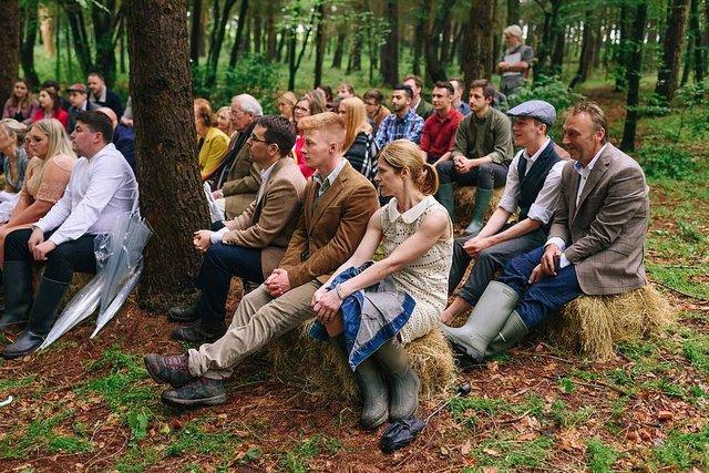 Закохані влаштували весілля посеред лісу: яскраві фото - фото 336809