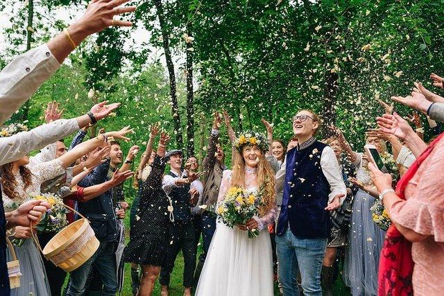 Закохані влаштували весілля посеред лісу: яскраві фото - фото 336810