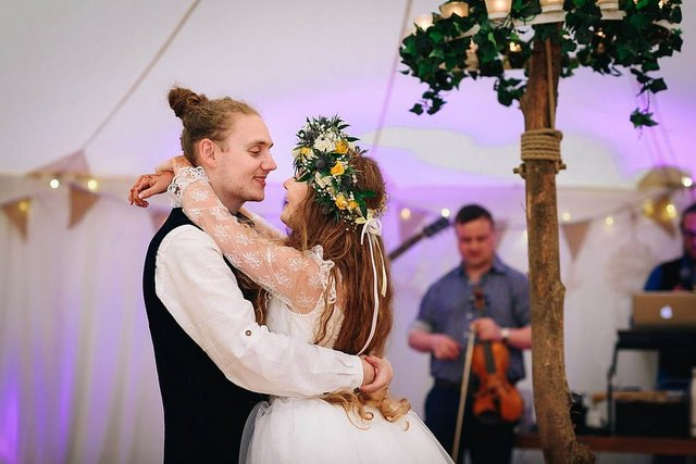 Закохані влаштували весілля посеред лісу: яскраві фото - фото 336811