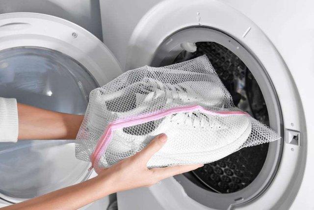 Прати білі кросівки із текстилю краще у білій наволочці - фото 337097
